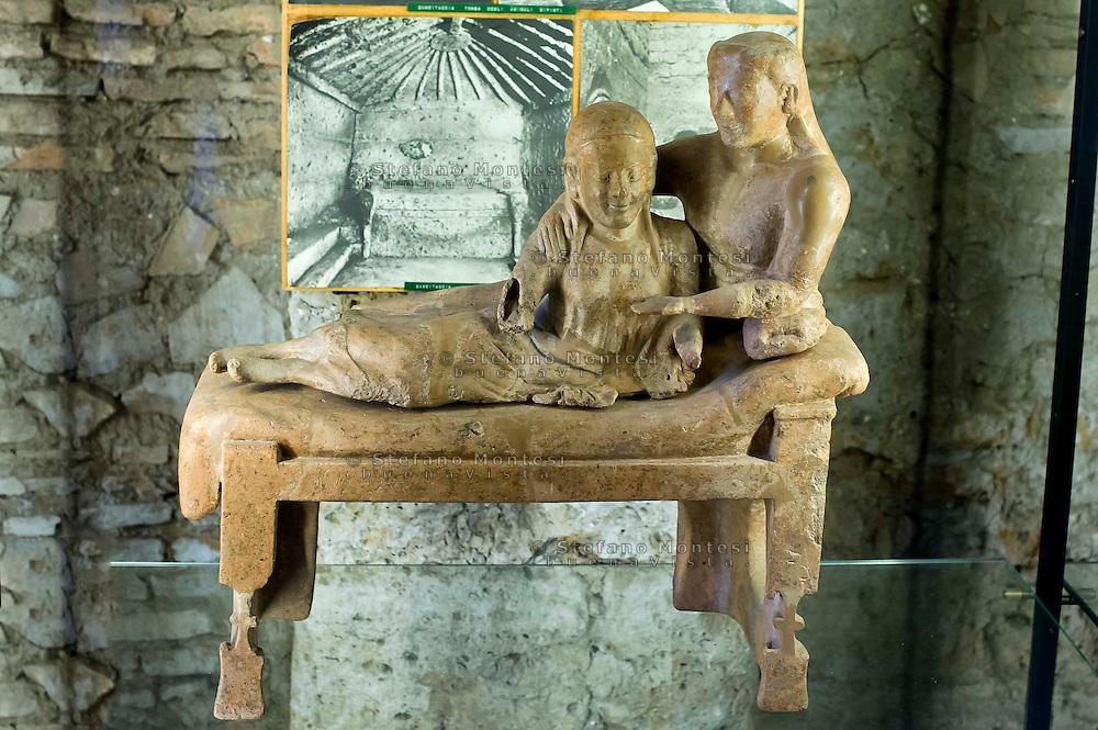 Cerveteri 30 Agosto 2014<br /> Urna ceneraia con coppia di sposi 530 - 502 a.C. Necropoli della Banditaccia  - Bufolareccia.  Museo Nazionale Caerite.<br /> Cerveteri August 30, 2014 <br /> Etruscan civilization: Sarcophagus of the spouses -  530-502 B.C. Necropolis of Banditaccia - Bufolareccia. National Museum Caerite