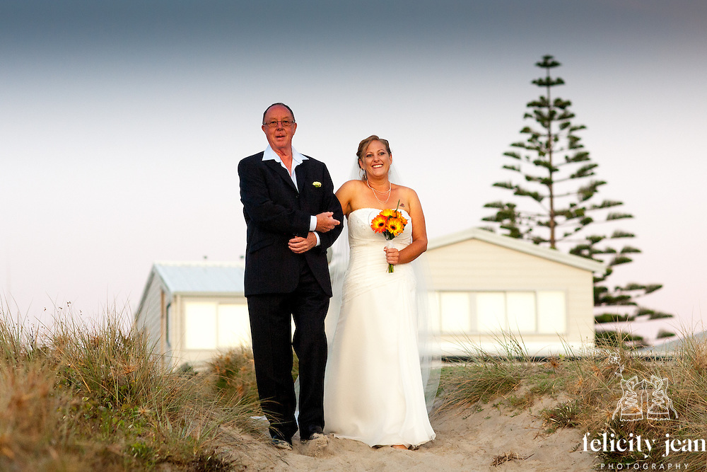 sunrise wedding photos at whangamata on the coromandel peninsula by felicity jean photography beach wedding mark & esther