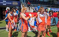 AMSTELVEEN - koelvesten voor de wedstrijd, Margot Van Geffen (Ned) met Laura Nunnink (Ned) en Malou Pheninckx (Ned) , Eva de Goede (Ned) voor    de Pro League hockeywedstrijd dames, Nederland-Australie (3-1) COPYRIGHT  KOEN SUYK