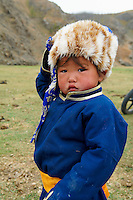 Mongolie, Asie Centrale, Region d'Ovorkhangai, historique vallée d'Orkhon, patrimoine mondial de l'UNESCO, Nomad eleveur, Enfant mongol en habit traditionnel, chapeau en fourrure de renard // Mongolia, Central Asia, Ovorkhangai province, historical valley d'Orkhon, world heritage of UNESCO, nomad child in traditional costume, deel and hat made of fox
