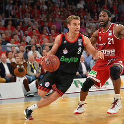 21.06.2015, Brose Arena, Bamberg, GER, Beko Basketball BL, Brose Baskets Bamberg vs FC Bayern Muenchen, Playoffs, Finale, 5. Spiel, im Bild Heiko Schaffartzik (FC Bayern Muenchen / links) versucht sich gegen Trevor Mbakwe (Brose Baskets Bamberg / rechts) durchzusetzen. // during the Beko Basketball Bundes league Playoffs, final round, 5th match between Brose Baskets Bamberg and FC Bayern Muenchen at the Brose Arena in Bamberg, Germany on 2015/06/21. EXPA Pictures &copy; 2015, PhotoCredit: EXPA/ Eibner-Pressefoto/ Merz<br /> <br /> *****ATTENTION - OUT of GER*****