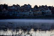 Nova Lima_MG, Brasil...Condominio Alphaville em frente a Lagoa dos Ingleses em Nova Lima, Minas Gerais...The Alphaville condominium in front of Ingleses lake in Nova Lima, Minas Gerais...Foto: LEO DRUMOND / NITRO