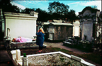 2002-08-01 New Orleans, USA. A tourist in the Lafayette graveyard. This cemetery is one of the main tourist attractions in the city.