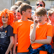 NLD/Bussum/20190523 - Maan lanceert lied voor OranjeLeeuwinnen, kinderen verkleed in oranje