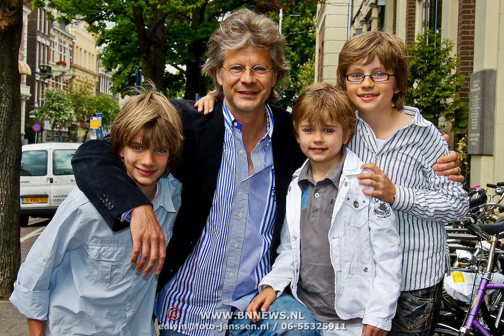NLD/Amsterdam/20100527 - Uitreiking Zilveren Nipkowschijf 2010, Hans Hoffmans en zonen
