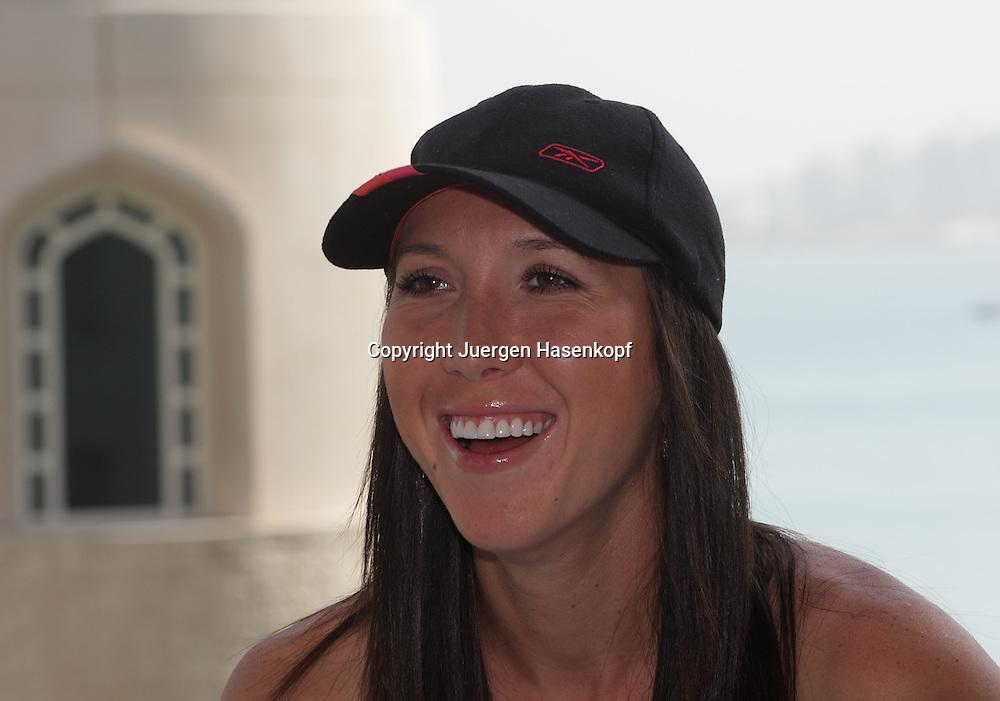 Qatar Total Open 2008, WTA Tour, Damen Tennis Turnier in Doha, Jelena Jankovic (SRB) auf dem Balkon von ihrem Hotel...Foto: Juergen Hasenkopf..