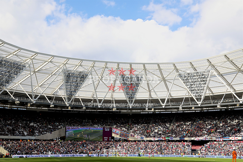 LONDON, ENGLAND - Saturday, April 22, 2017: West Ham United take on Everton during the FA Premier League match at the London Stadium. (Pic by David Rawcliffe/Propaganda)