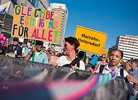 DEU, Deutschland, Germany, Berlin, 13.10.2018: Großkundgebung unter dem Motto Unteilbar gegen Ausgrenzung, Rassismus und den Rechtsruck im Lande. Demonstranten fordern Gleichberechtigung für alle. Ortsschild von Marzahn Hellersdorf.