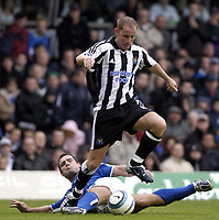 Fotball<br /> Premier League 2004/05<br /> Birmingham v Newcastle<br /> 3. oktober 2004<br /> Foto: Digitalsport<br /> NORWAY ONLY<br /> Newcastle's Nicky Butt (R) skips over a challenge from Matthew Upson