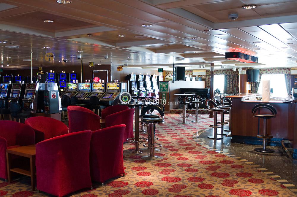Casino dentro de navio de cruzeiro // Casino bar inside a cruzier ship, Brazil 2012