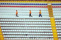 Fussball   International   42. Copa America   Feature           Arbeiter laufen die Tribuene des Stadion Cachamay in Puerto Ordaz ab, am Tag vor den ersten Spielen.