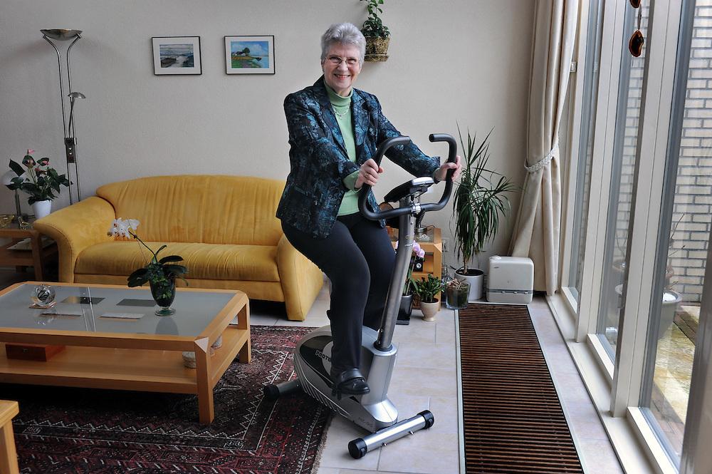 Nederland Almere 17 februari 2010.Patiënt mevr. Van Leent ..Bij mevrouw van Leent is haar linker knie in het Flevoziekenhuis vervangen door een prothese. .Foto: Jan Boeve i.o.v  Mixe - medische marketing