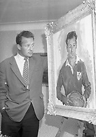 Irish Rugby player looking at his portrait. (Part of the Independent Ireland Newspapers/NLI Collection)
