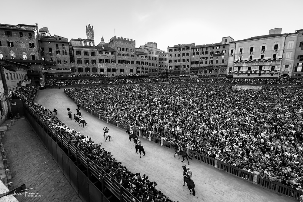 Piazza del campo is full even for the training session (1 day before race)