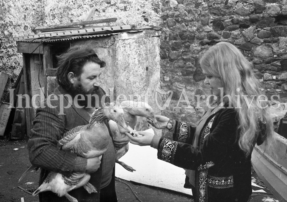 Barney McKenna of The Dubliners and his wife Joka and geese. 19/12/72. (Part of the Independent Newspapers Ireland/NLI Collection)