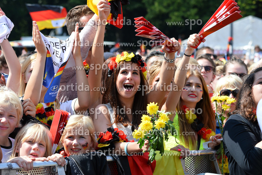 15.07.2014, Brandenburger Tor, Berlin, GER, FIFA WM, Empfang der Weltmeister in Deutschland, Finale, im Bild Fans der deutschen Nationalmannschaft (Fussball-Weltmeister 2014) jubeln // during Celebration of Team Germany for Champion of the FIFA Worldcup Brazil 2014 at the Brandenburger Tor in Berlin, Germany on 2014/07/15. EXPA Pictures © 2014, PhotoCredit: EXPA/ Eibner-Pressefoto/ Harzer  *****ATTENTION - OUT of GER*****