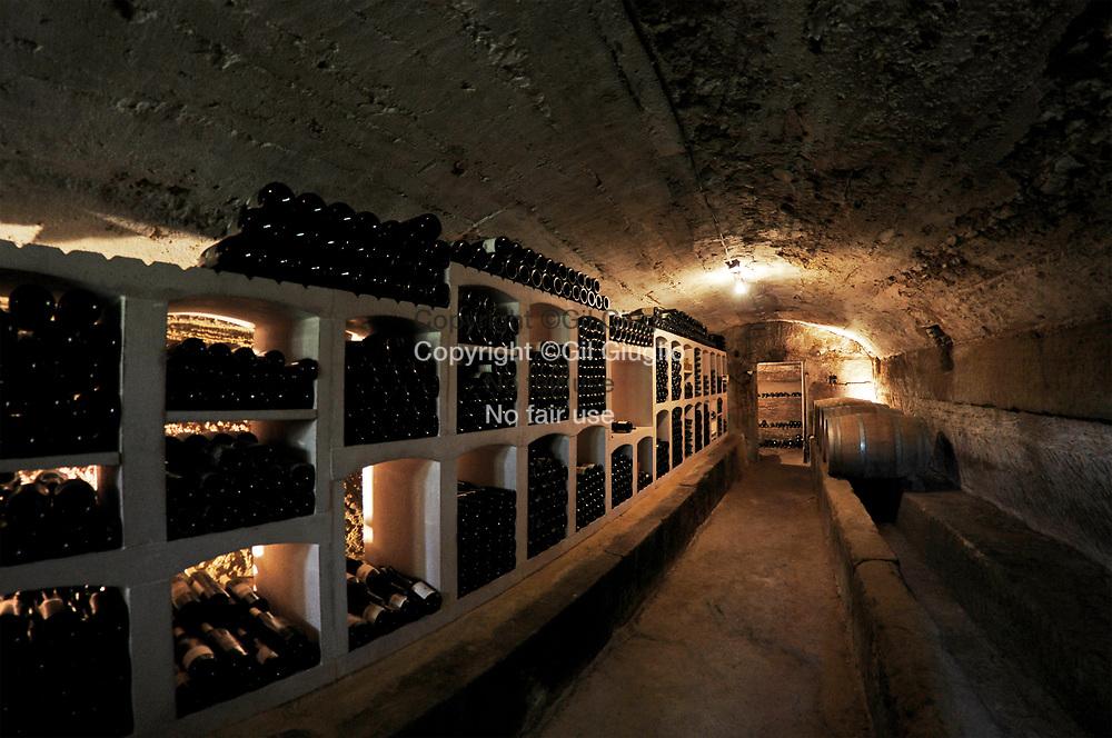 France, Auvergne-Rhône-Alpes, Drôme (26), Grignan, cave vignoble Domaine de Montine // France, region of Auvergne Rhone Alpes, department of Drome, Grignan, cellar of Montine vignyard and winery