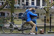 Een jongen en een meisje zoenen met elkaar op de Oudegracht in Utrecht.<br /> <br /> A young couple is kissing each other at the Oudegracht in Utrecht