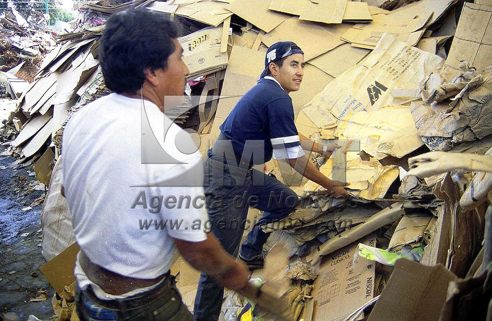 Toluca, Méx.-  Obreros separan cientos de kilos de cartón diariamente para trasladarlo a plantas de reciclaje. Agencia MVT/ Mario B. Arciniega