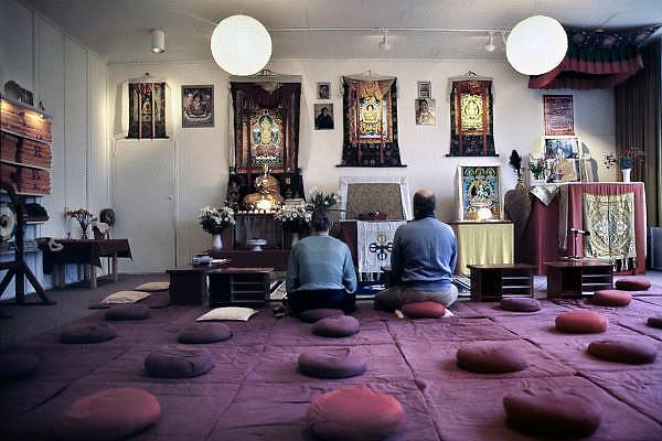 Nederland, Emst, 8-2-2003Aanhangers van het boeddhisme mediteren bij het altaar van boeddha.Foto: Flip Franssen