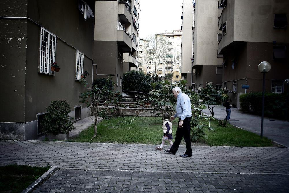Nonno gioca con suo nipote<br /> <br /> Grandfather playing with his granddaughter