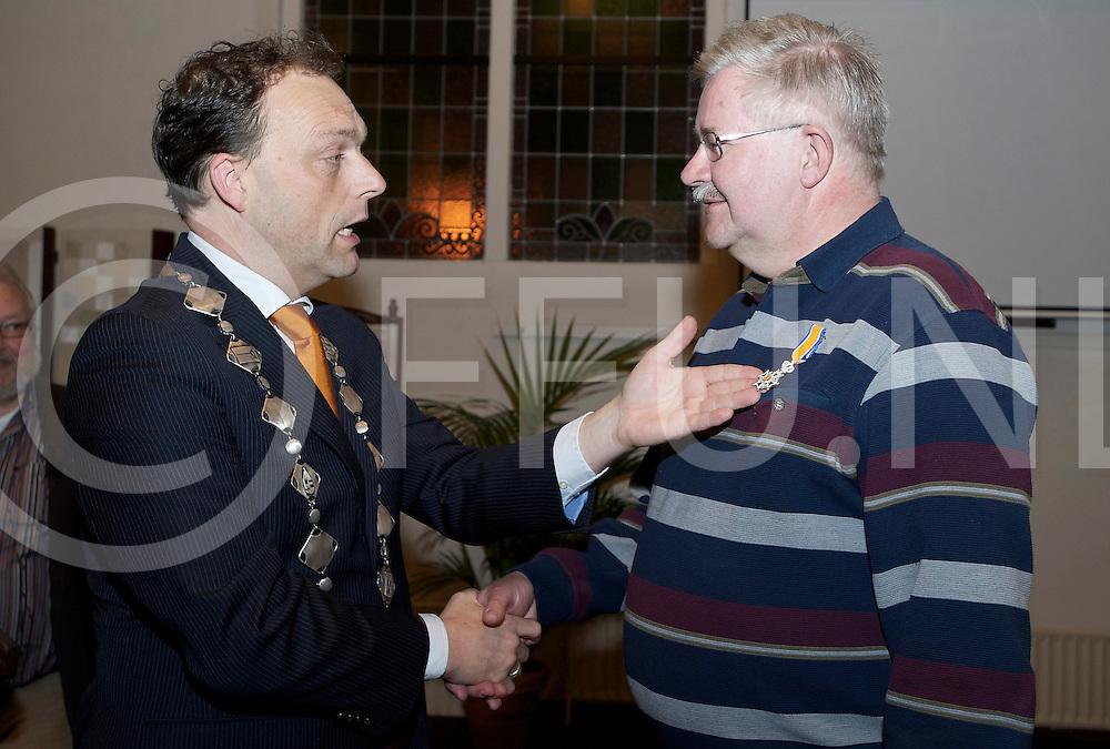 HARDENBERG - KO Piet van Weerden..Foto: Burgemeester Peter Snijders reikte de versierselen uit..FFU PRESS AGENCY COPYRIGHT FRANK UIJLENBROEK.