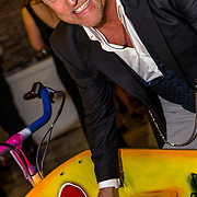 NLD/Amsterdam//20170410 - Free a Girl Celebrity Night, Gordon signeert bakfiets