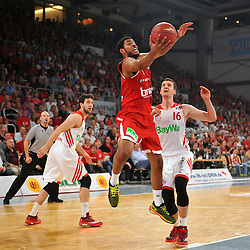 14.06.2015, Brose Arena, Bamberg, GER, Beko Basketball BL, Brose Baskets Bamberg vs FC Bayern Muenchen, Playoffs, Finale, 3. Spiel, im Bild Ryan Thompson (Brose Baskets Bamberg / Mitte) beim Korbleger. Hinten rechts: Paul Zipser (FC Bayern Muenchen). Hinten links: Vasilije Micic (FC Bayern Muenchen) // during the Beko Basketball Bundes league Playoffs, final round, 3rd match between Brose Baskets Bamberg and FC Bayern Muenchen at the Brose Arena in Bamberg, Germany on 2015/06/14. EXPA Pictures &copy; 2015, PhotoCredit: EXPA/ Eibner-Pressefoto/ Merz<br /> <br /> *****ATTENTION - OUT of GER*****