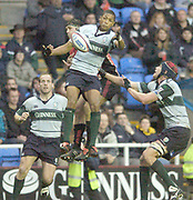 2004/05 Zurich Premiership Rugby - London Irish v Worcester Warriors..Exiles Delon Armitage, collects the high ball, as Pat Sanderson challenges exiles support left Paul Gustard and right Nick Kennedy..07.11.2004 Photo  Peter Spurrier. .email images@intersport-images.com...