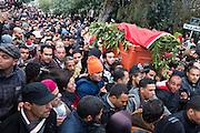 Février 2013. L'Enterrement de la révolution? 50.000 tunisiens accompagnent le cercueil de Chokri Belaid, le 8 février 2013.