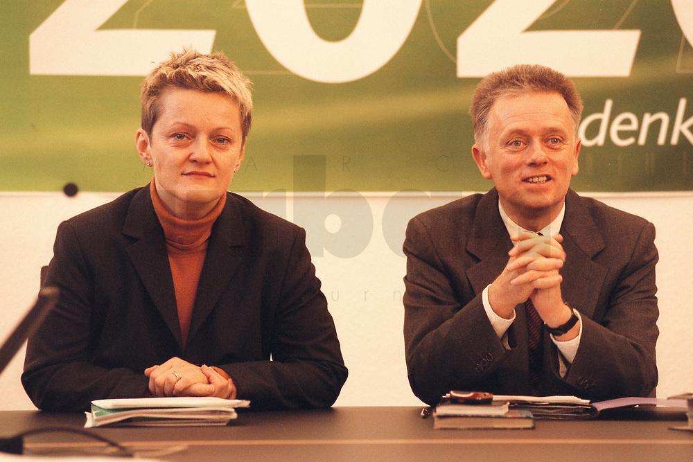 08 JAN 2001, BERLIN/GERMANY:<br /> Renate Kuenast und Fritz Kuhn, Bundesvorsitzende von Buendnis 90 / Die Gruenen, vor Beginn der Klausursitzung des Gruenen Bundesvorstandes, Bundesgeschaeftsstelle<br /> IMAGE: 20010108-01/01-29<br /> KEYWORDS: Grün, Künast
