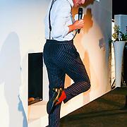 NLD/Amsterdam/20131014 -  Marie Claire Starters Award 2013, Jort Kelder trekt dames schoenen aan