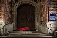 Keine Wohnung, kein Zimmer, noch nicht mal mehr Betten sind frei. Sogar in der<br />Notunterkunft Pik As werden jeden Abend im Schnitt zehn Obdachlose abgewiesen.<br />Deswegen schlafen überall in der Stadt Menschen auf der Stra&szlig;e.