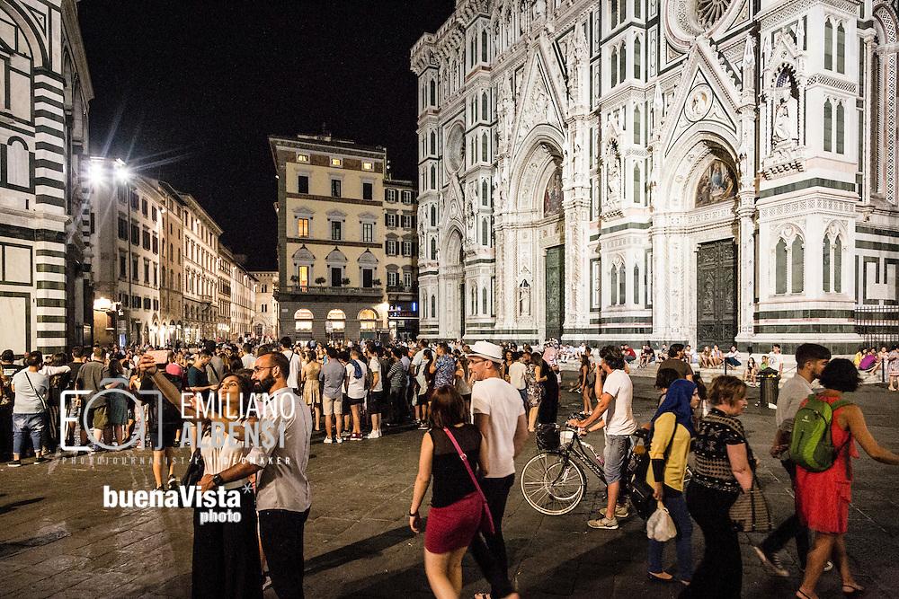 Firenze, Italia, 2016<br /> Il Duomo di Firenze (Cattedrale di Santa Maria del Fiore) affollato di turisti anche di notte.<br /> <br /> Florence, Italy, 2016<br /> The Florence Cathedral (Cathedral of Saint Mary of the Flowers) crowded of tourists even in the night.