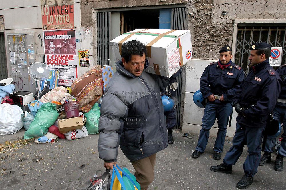 Roma    9 Novembre 2004   .Sgombero  di uno stabile  occupato da senza casa in via Vercelli da parte della polizia..Rome November 9, 2004.The evacuation of a building occupied by homeless street Vercelli by the police...