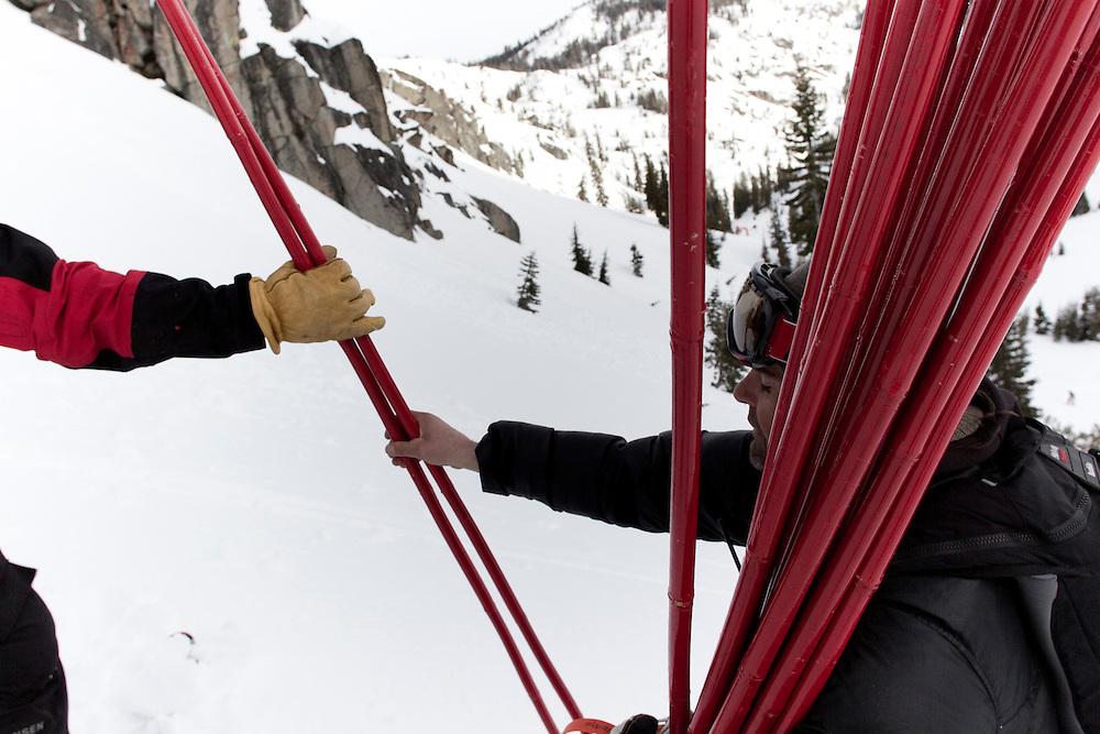 On sécurise les abords de la compétion histoire d'éviter que des pique-niqueurs s'installe confortablement sous une barre rocheuse.
