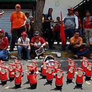 VENEZUELAN POLITICS / POLITICA EN VENEZUELA<br /> Seller porphyry of Chavez during march supporters Chavismo / Vendedor de porfeados de Chavez durante marcha de simpatizantes del Chavismo<br /> Caracas - Venezuela 2009<br /> (Copyright © Aaron Sosa)