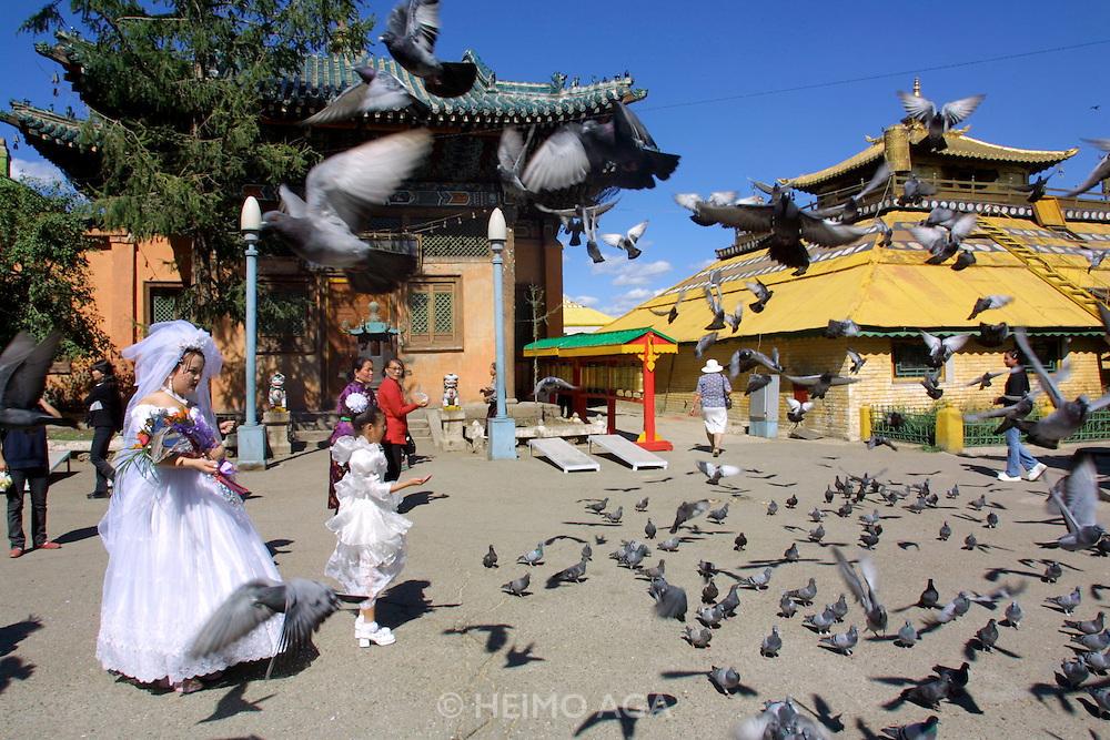 ULAN BATOR, MONGOLIA..09/05/2001.Gandan Khiid (monastery)..Wedding couple..(Photo by Heimo Aga)