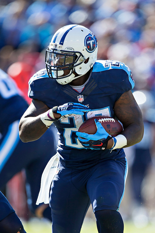 NASHVILLE, TN - OCTOBER 18:  Antonio Andrews #26 of the Tennessee Titans runs the ball against the Miami Dolphins at LP Field on October 18, 2015 in Nashville, Tennessee.  The Dolphins defeated the Titans 38-10.  (Photo by Wesley Hitt/Getty Images) *** Local Caption *** Antonio Andrews