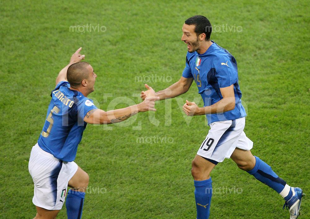 Fussball WM 2006  Viertelfinale    Italien - Ukraine Gianluca ZAMBROTTA (re, ITA) jubelt mit Fabio CANNAVARO ueber das 1:0