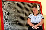 Europa, Niederlande, Zeeland, Walcheren, Ringreiten in Meliskerke, beim Ringreiten muss der Reiter einen kleinen Ring im Galopp mit einer Lanze treffen und aufspiessen, das Turnier findet in mehreren Durchlaeufen statt, wobei der Ring immer kleiner wird, Frau in traditioneller Tracht notiert die Punktestaende auf einer Tafel.<br /> <br /> Europe, Netherlands, Zeeland, Walcheren, ring riding in Meliskerke, the rider must impale a small ring with a lance while galloping, the tournament takes place in several runs, in which the ring becomes smaller and smaller, woman in traditional dress writes down the score on a board.