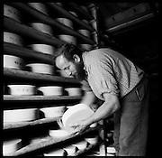 Berner Alpkäse-produktion auf der Alp Latreyen im Suldtal. Albert Schranz im Käsekeller. © Romano P. Riedo