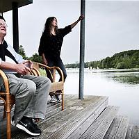 Nederland, Almere 17 juni 2015.<br /> Redmond O'Hanlon, de stadschrijver van Almere,zijn intrek neemt in het Floriade Paviljoen aan het Weerwater. Redmond is hiermee de eerste inwoner vande Floriade.<br /> De Britse schrijver en avonturier Redmond O'Hanlon, de stadschrijver van Almere, neemt zijn intrek neemt in het Floriade Paviljoen aan het Weerwater. Redmond is hiermee de eerste inwoner vande Floriade.<br /> Redmond O'Hanlon (66) Reiziger, schrijver en tv-maker. Zijn reisboek 'Congo' (1996) wordt als een klassieker gezien. In 2009 brak hij op tv door met de VPRO-serie 'Beagle, in het kielzog van Darwin', daarna volgde 'O'Hanlons helden' dat met de Zilveren Nipkowschijf werd bekroond. Het tweede seizoen is tot half januari te zien, een boek over grote ontdekkers is in de maak.<br /> Op de foto: O'Hanlom en zijn partner.<br /> <br /> Foto: Jean-Pierre Jans