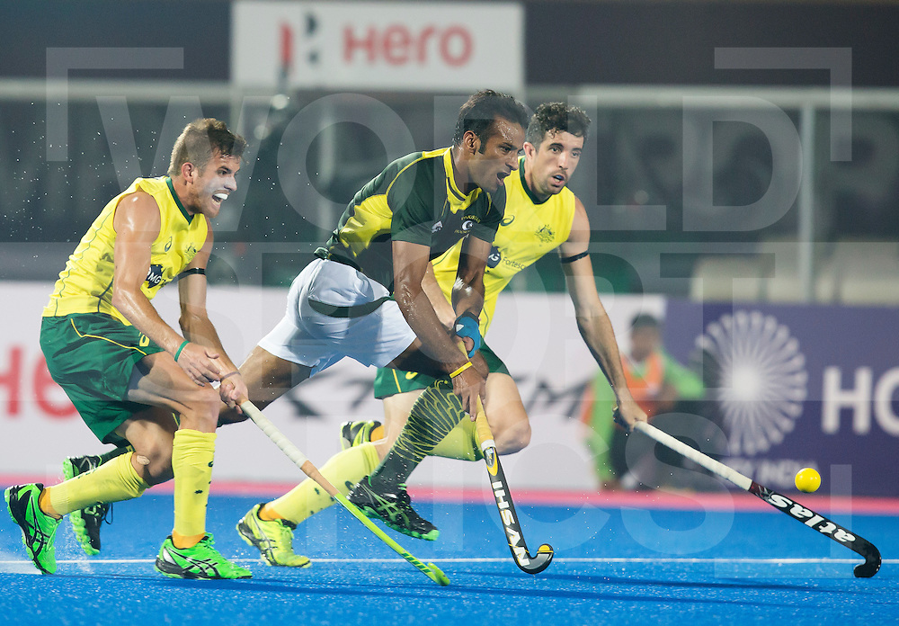 BHUBANESWAR  (INDIA) -   Austalia vs Pakistan on day 3 of the Hero Champions Trophy Hockey.  Muhammad Irfan of Pakistan between Jacob Whetton of Australia (l) and Russell Ford of Australia.  Photo KOEN SUYK