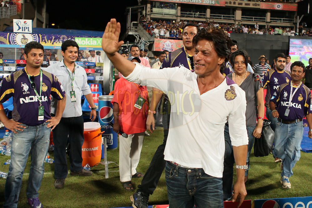 KKR co-owner SRK exchanging greetings during the first qualifier match (QF1) of the Pepsi Indian Premier League Season 2014 between the Kings XI Punjab and the Kolkata Knight Riders held at the Eden Gardens Cricket Stadium, Kolkata, India on the 28th May  2014<br /> <br /> Photo by Saikat Das / IPL / SPORTZPICS<br /> <br /> <br /> <br /> Image use subject to terms and conditions which can be found here:  http://sportzpics.photoshelter.com/gallery/Pepsi-IPL-Image-terms-and-conditions/G00004VW1IVJ.gB0/C0000TScjhBM6ikg