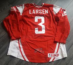 #3 PHILIP LARSEN, Originale IIHF kamptrøje med autograf.