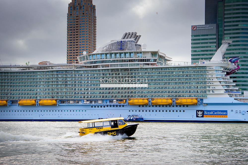 ROTTERDAM - Het grootste cruiseschip ter wereld, de Harmony of the Seas, komt aan de in de Rotterdamse haven. copyright robin utrecht
