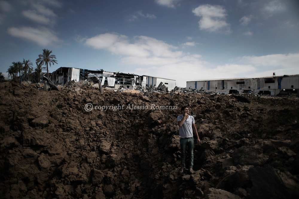 Gaza Strip, Gaza City: A Palestinians inspects a cratere made by Israeli airstrike in Shujayeh neighbourhood during a 72 hours ceasefire on August 11, 2012. ALESSIO ROMENZI