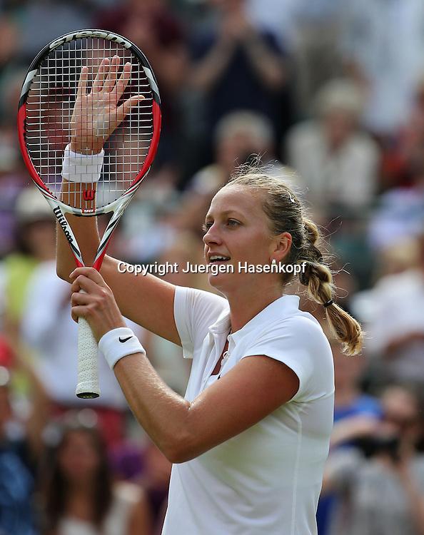 Wimbledon Championships 2014, AELTC,London,<br /> ITF Grand Slam Tennis Tournament,<br /> Petra Kvitova  (CZE) bedankt sich beim Publikum nach ihrem Sieg,Einzelbild,<br /> Halbkoerper,Hochformat,