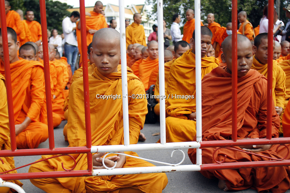 60500503  <br /> Pro-opposition monks meditate and pray for peace on a street near the Royal Palace in Phnom Penh, Cambodia, Sept. 19, 2013. More than 100 monks on Thursday called on the nations King Norodom Sihamoni to postpone the opening session of new parliament scheduled next Monday, Thursday September 19, 2013,<br /> Picture by imago / i-Images<br /> UK ONLY